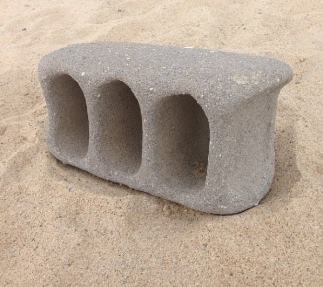 bloque de concreto en la arena
