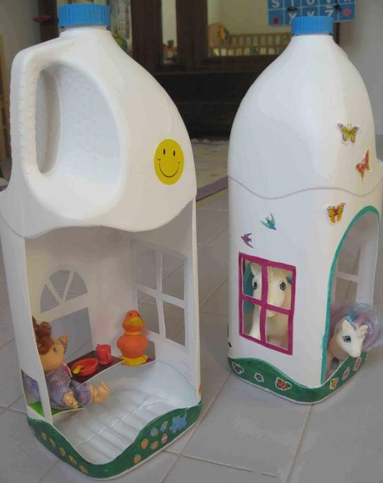 casa de muñecas hecha con un galón de leche