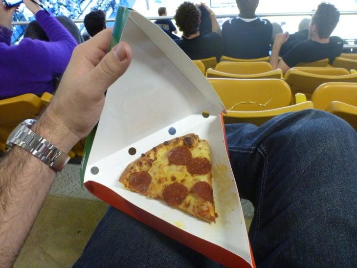 pedazo pequeño de pizza en caja de cartón grande