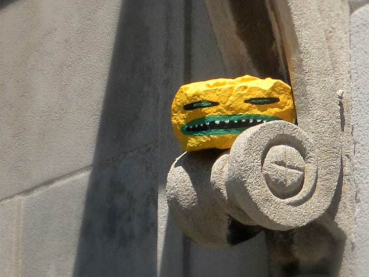 roca amarilla con cara