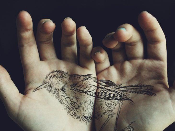 tatuaje de pájaro en las palmas de la mano