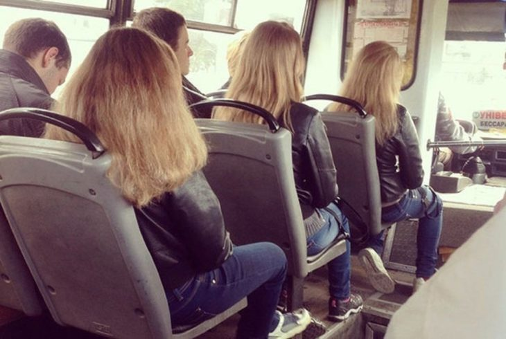 tres chcicas con el mismo color de pelo en autobús