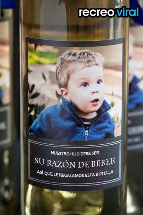 botella de vino con la foto de un niño