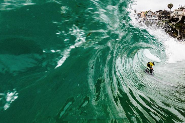fotógrafo bajo las olas