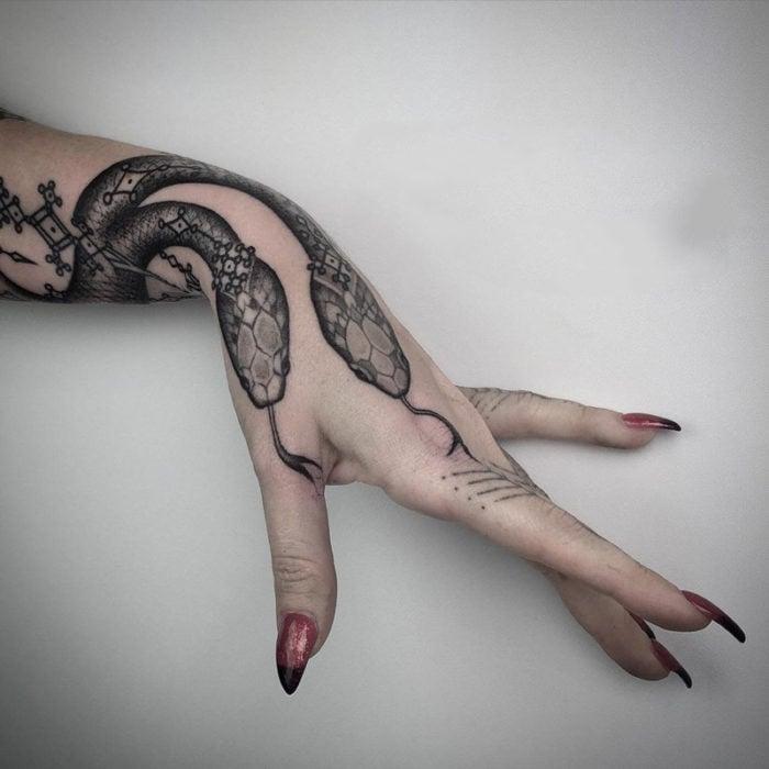 tatuaje de serpientes en la mano