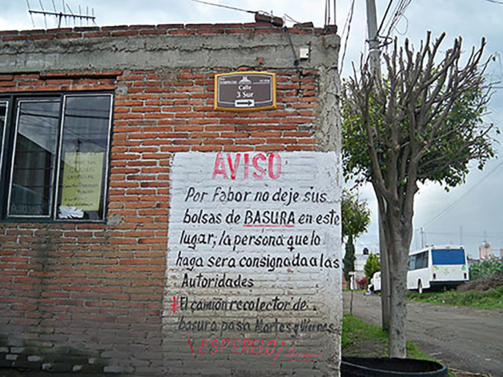 pared con cartel con errores ortográficos