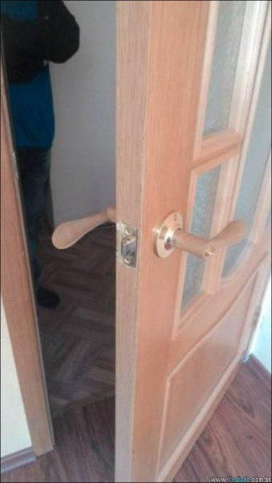 manija de puerta mal colocada