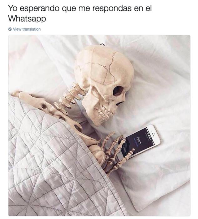 esqueleto al lado de un celular