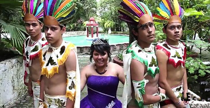 chambelanes vestidos de aztecas y quinceañera