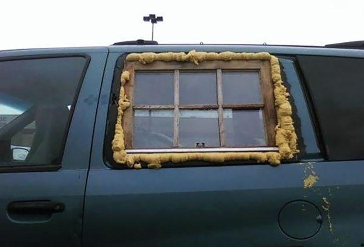 ventana y esponja en una camioneta