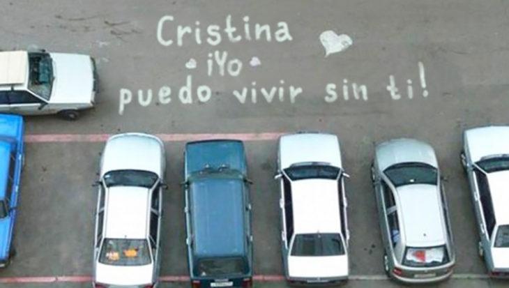 mensaje de amor en un estacionamiento