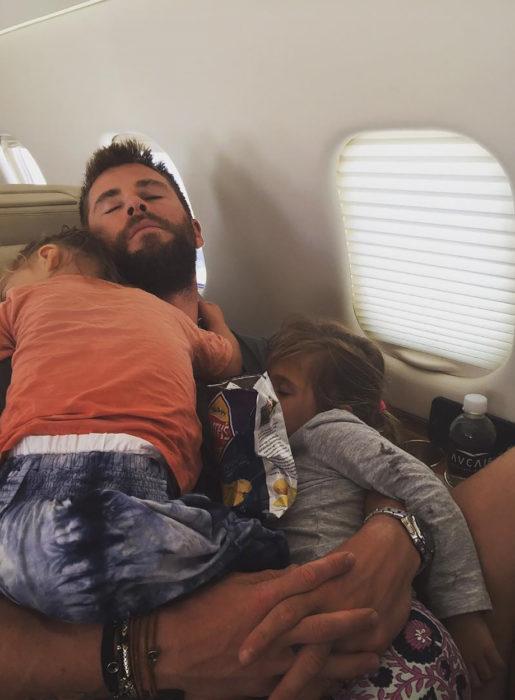 chris y sus bebés dormidos en un avión