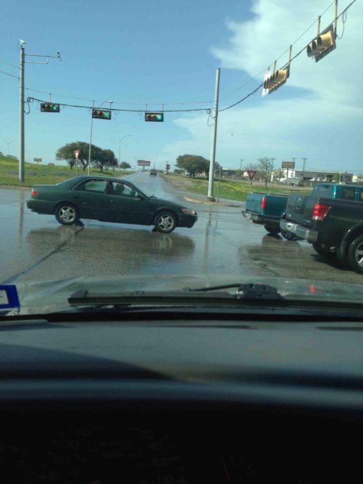 auto en medio de la carretera