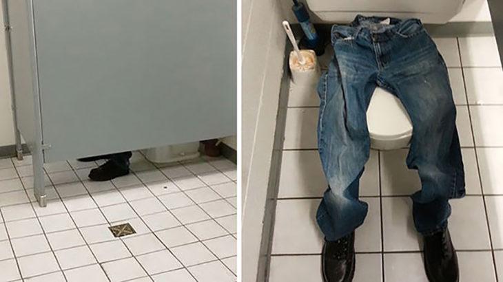 broma pantalones en un baño
