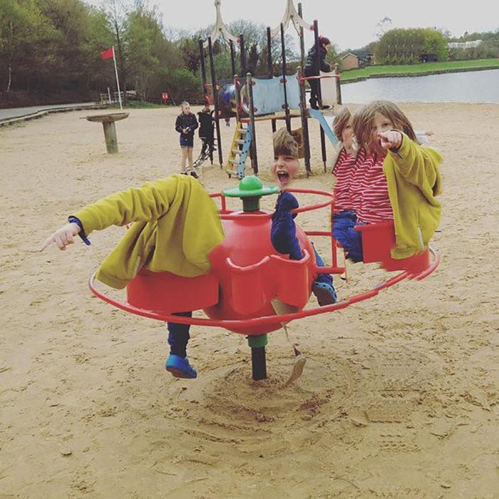 panorámica fallida de niña en juegos de parque