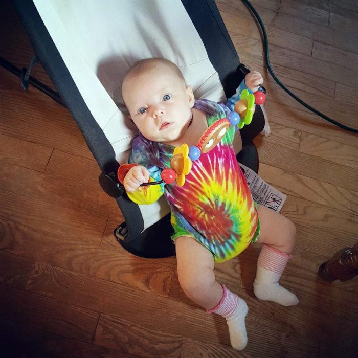 bebé con mameluco hippie
