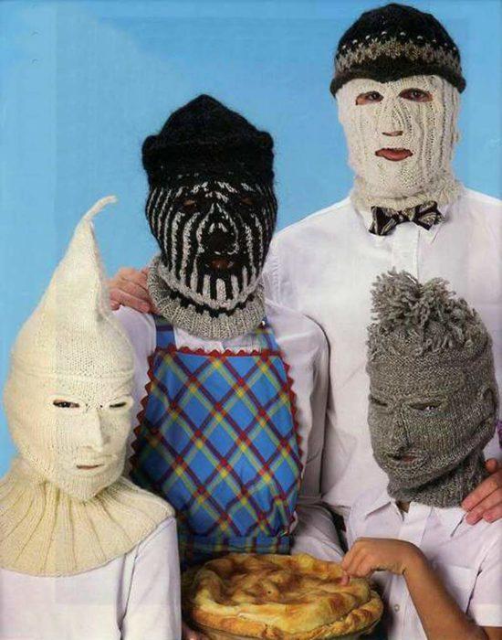 familia con máscaras tejidas