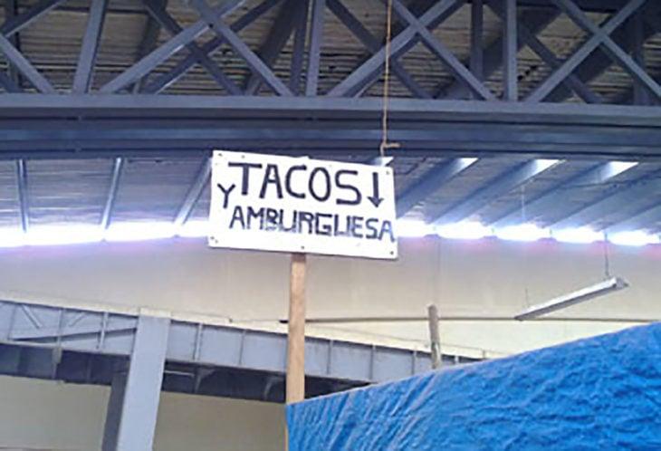 cartel de tacos y hamburguesas mal escrito