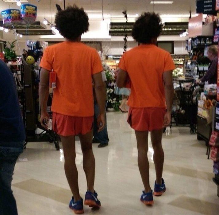 dos muchachos vestidos iguales
