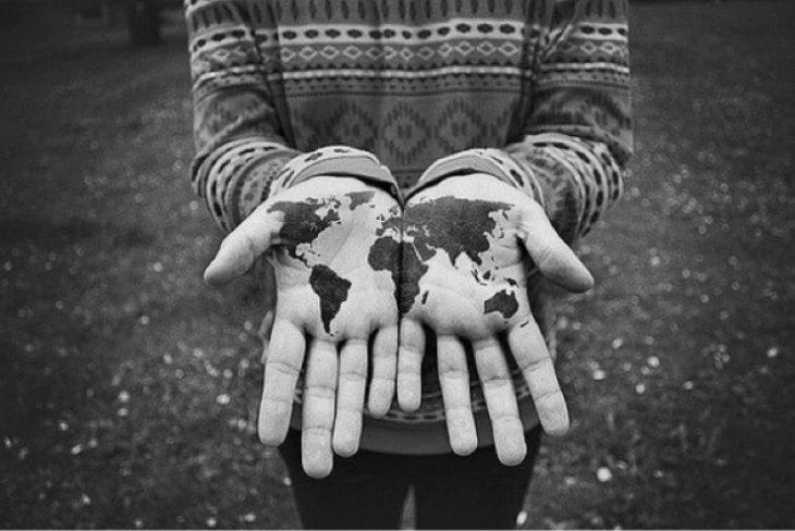 tatuaje de mundo en las palmas de las manos