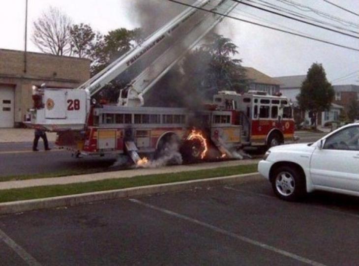 camión de bomberos incendiándose