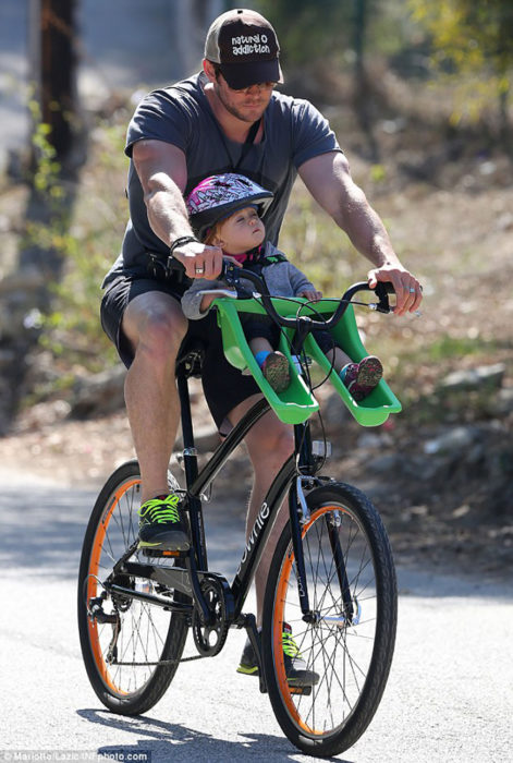 chris con su hijo en bicicleta