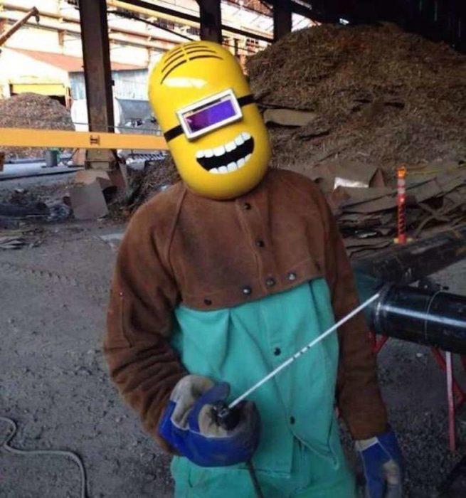 soldador con casco de minion