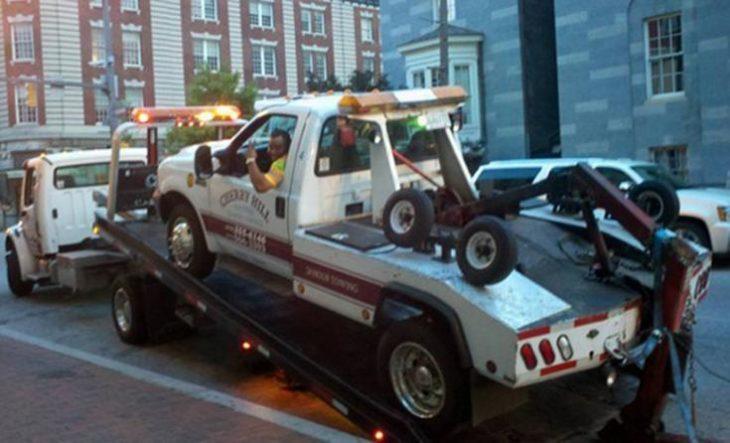 grua siendo llevada en un camión