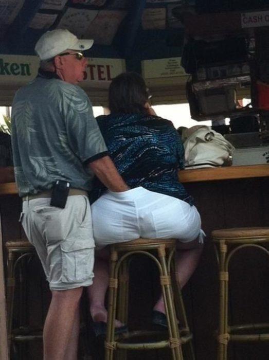 hombre tocando el trasero de su mujer