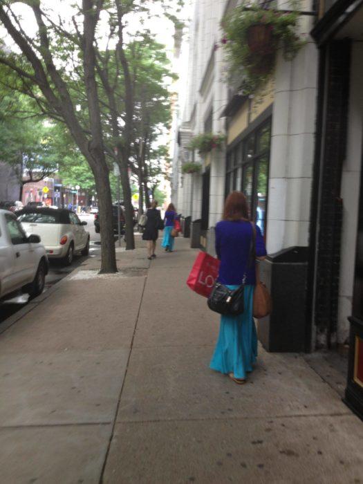 muchacha de falda larga azul