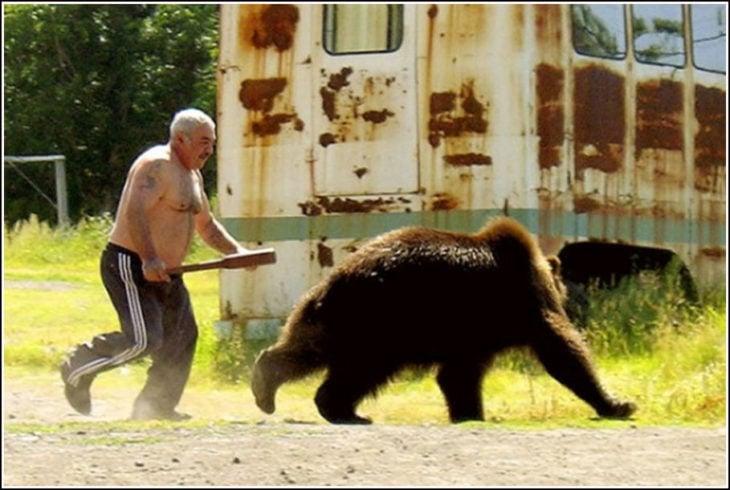 anciano ahuyentando oso