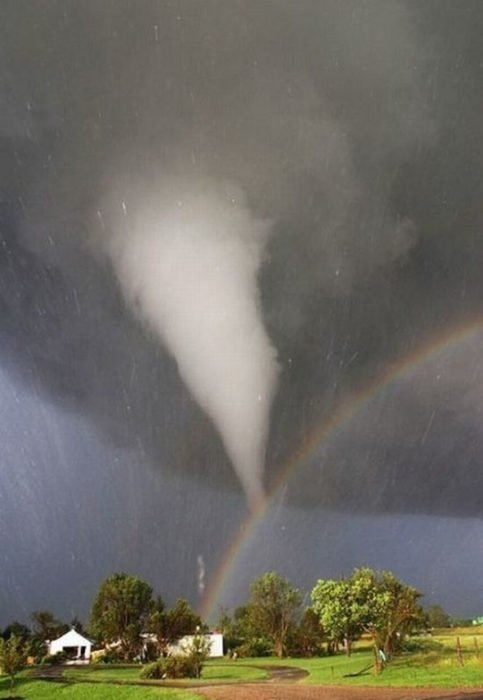 coalición entre tornado y arcoíris