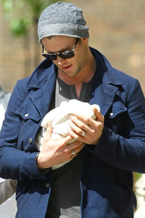 chris con bebé en brazos