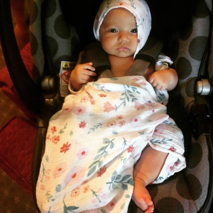 bebé vestido con una sábana