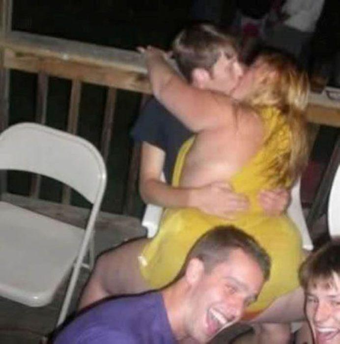 pareja dispareja besándose en el club