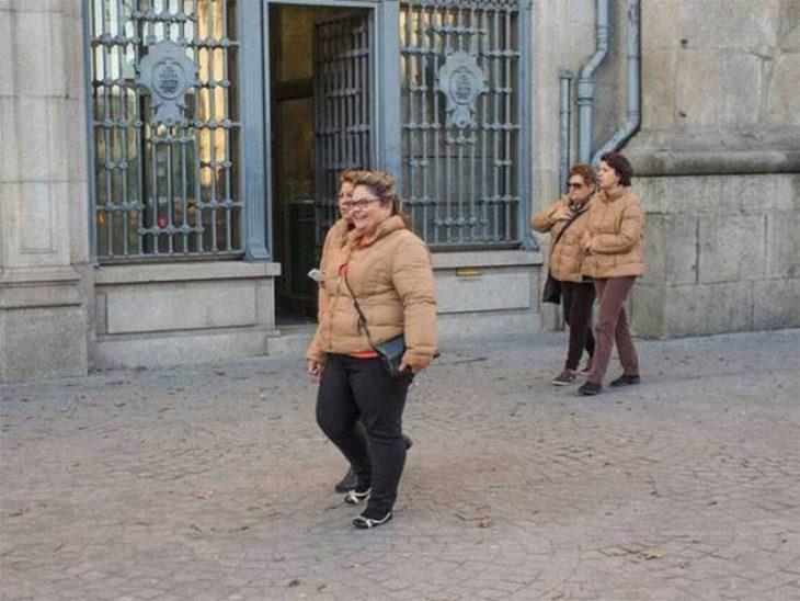 4 señoras con chamarras idénticas