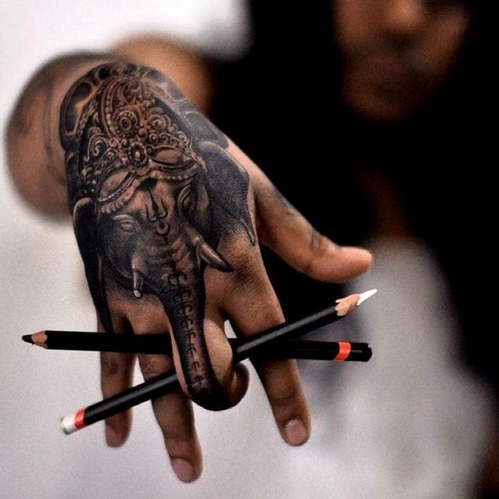 tatuaje elefante hindú en la mano