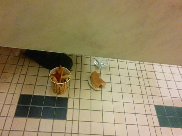 comiendo dentro del baño