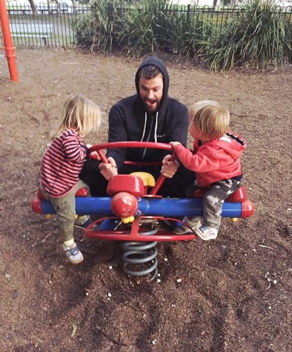 chris y sus hijos en el parque