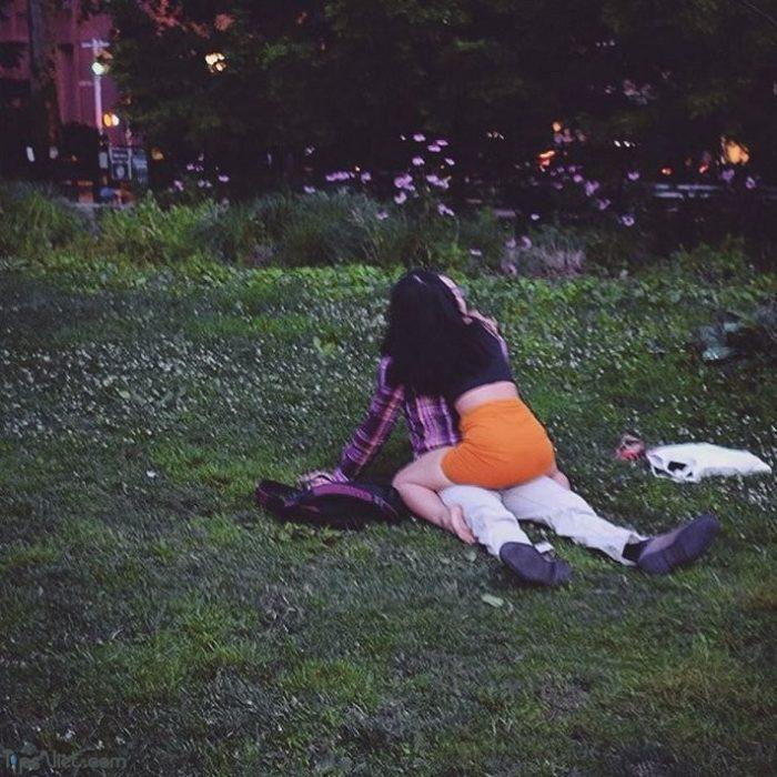 pareja intimando en el parque