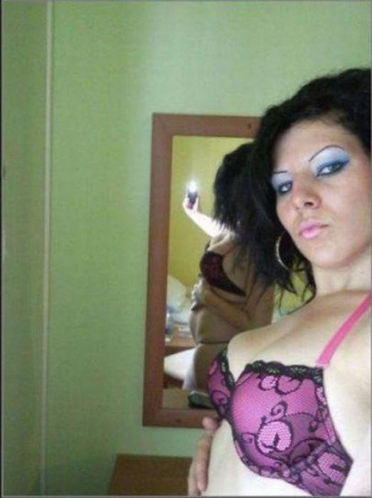 mujer se toma foto en brassier