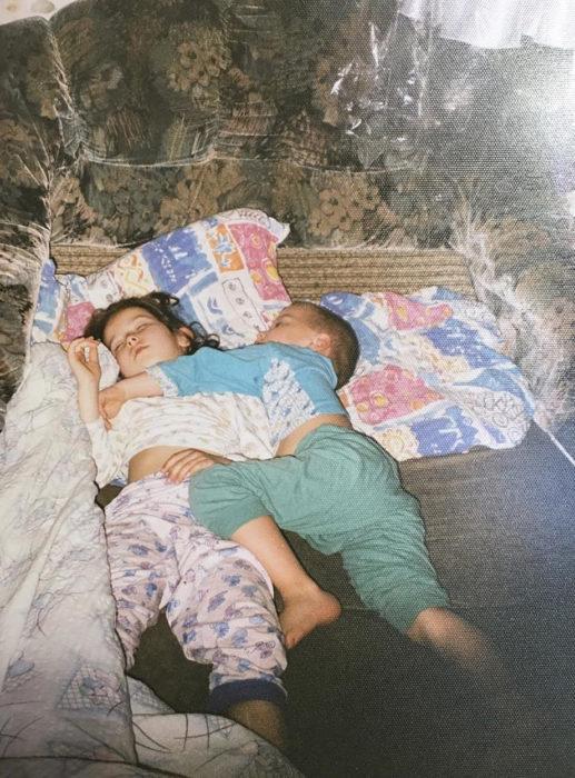 hermanos dormidos juntos
