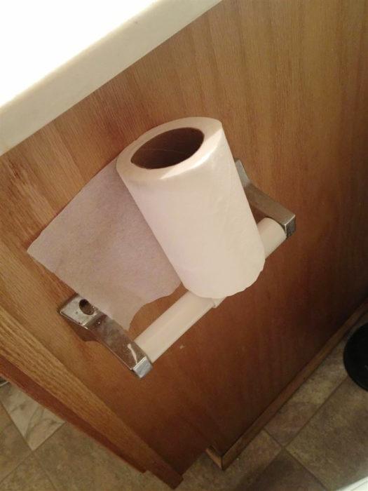 rollo de papel higiénico sobre su soporte