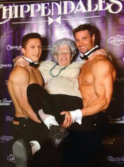 anciana con dos jóvenes sin camisa