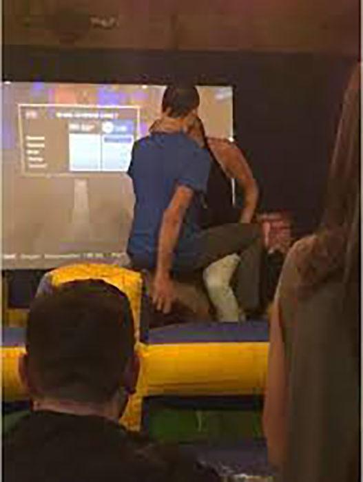 jóvenes besándose en la sala audiovisual