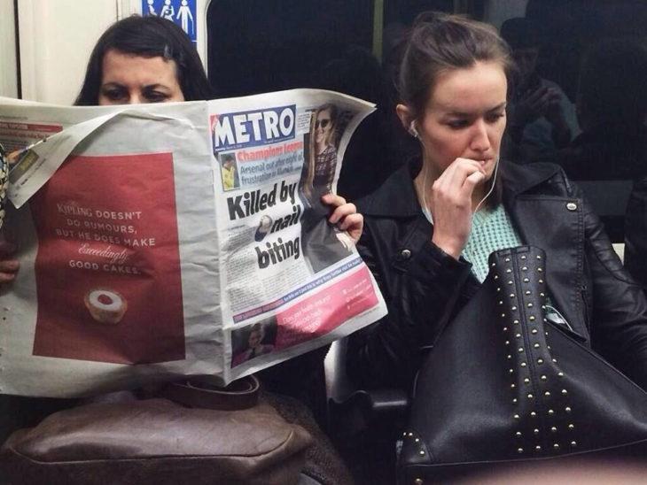 mujer leyendo periódico en el transporte público y mujer mordiéndose las uñas