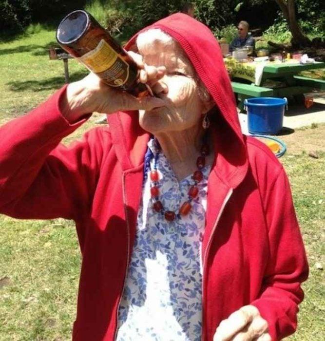 anciana tomando cerveza