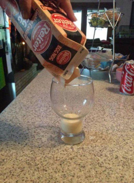 envase de leche cási vacío