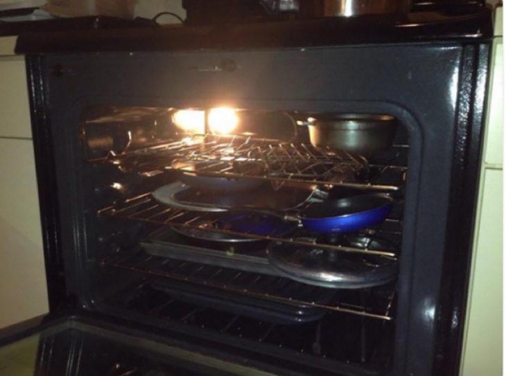 horno de estufa lleno de sartenes