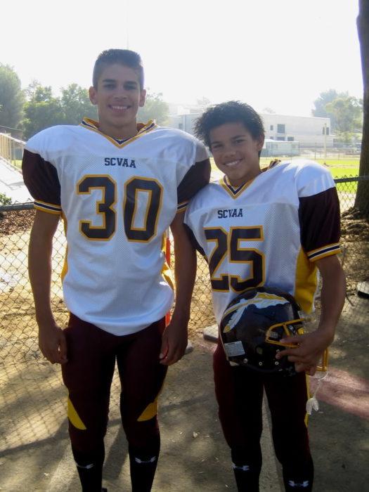 Taylor lautner niño vestido como jugador de futbol americano
